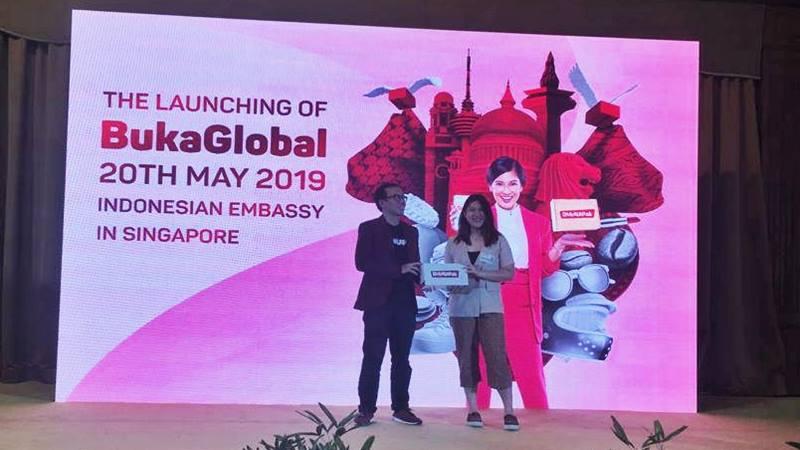 Co-Founder & President Bukalapak Fajrin Rasyid memberikan paket yang dipesan melalui BukaGlobal secara simbolis kepada perwakilan PPI Singapura saat acara peluncuran BukaGlobal di Singapura, Senin (20/5/2019). - Bisnis/Dhiany Nadya Utami