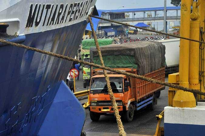 Ilustrasi - Sejumlah truk yang akan menyeberang ke Sumatra antre masuk ke kapal roro di Pelabuhan Merak, Banten, Rabu (15/5/2019). - ANTARA/Asep Fathulrahman