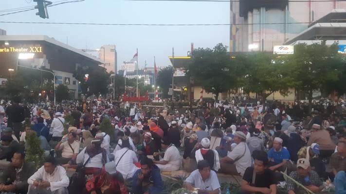 Massa aksi berkumpul di Jalan Thamrin, Jakarta Pusat - Bisnis/Jaffry Prabu Prakoso