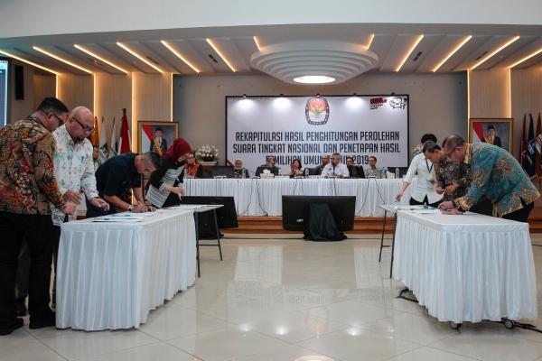 Komisioner KPU menandatangani dokumen keputusan rekapitulasi hasil penghitungan perolehan suara tingkat nasional dan penetapan hasil Pemilihan Umum tahun 2019 di gedung KPU, Jakarta, Selasa (21/5/2019) dini hari - ANTARA FOTO/Dhemas Reviyanto
