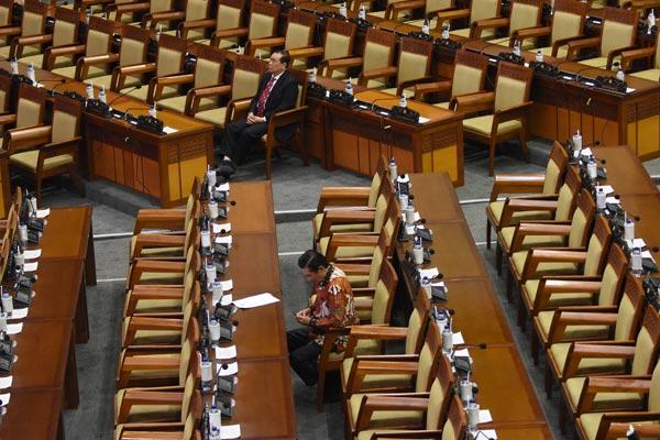 Dua anggota DPR menghadiri Rapat Paripurna DPR ke-14 masa sidang IV di antara bangku yang tak terisi di Kompleks Parlemen, Senayan, Jakarta, Selasa (19/3/2019). Rapat paripurna tersebut mengagendakan pembahasan dan pengambilan keputusan Calon Hakim Mahkamah Konstitusi, Pengesahan Perpanjangan Waktu RUU dan Non RUU mengenai Pansus Angket Pelindo, RUU Pertembakauan, RUU Larangan Minuman Beralkohol, dan RUU Daerah Kepulauan.  - ANTARA