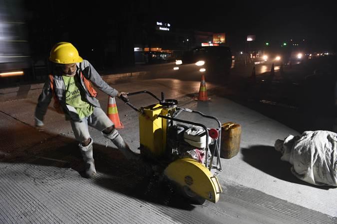 Pekerja menyelesaikan perbaikan jalan di Sukamandi-Pamanukan, Jawa Barat, Selasa (7/5/19). Kementerian PUPR melakukan perbaikan di sejumlah ruas jalan khususnya yang akan digunakan untuk jalur mudik. - ANTARA/Puspa Perwitasari
