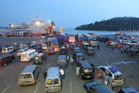 Ilustrasi - Suasana penyeberangan di Pelabuhan Merak, Banten. - Bisnis