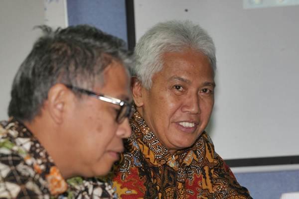 Direktur Utama Bank SulutGo Jeffry A. M. Dendeng (kanan) dan Direktur Welan T. Palilingan memberikan paparan mengenai kinerja perusahaan saat berkunjung ke kantor redaksi Bisnis Indonesia, di Jakarta, Kamis (12/10). - JIBI/Dedi Gunawan