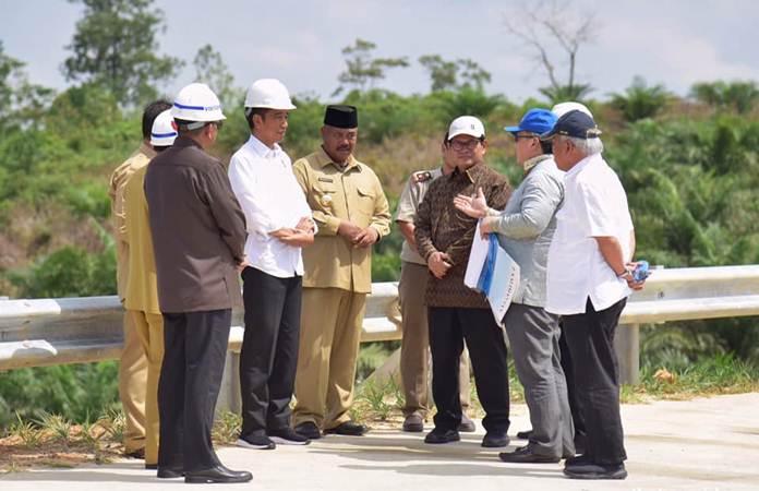 Presiden Jokowi (kedua kiri), didampingi Menteri PUPR Basuki Hadimuljono (kanan), dan Sekretaris Kabinet Pramono Anung (ketiga kanan), mendengarkan penjelasan Menteri PPN/ Kepala Bappenas Bambang Brodjonegoro (kedua kanan) saat mengunjungi Bukit Soeharto, di Kabupaten Kutai Kartanegara, Kalimantan Timur, Selasa (7/5/2019). - Setkab/Anggun