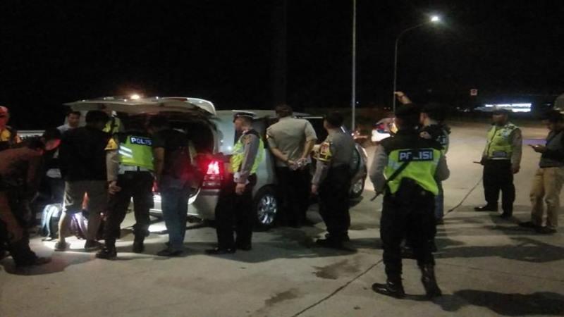 Anggota Polres Cirebon sedang melakukan pemeriksaan kendaraan. - Antara