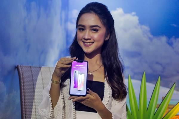 Model memperlihatkan produk ponsel pintar terbaru Huawei Nova 3i dalam peluncurannya, di Jakarta, Selasa (31/7/2018). - JIBI/Felix Jody Kinarwan