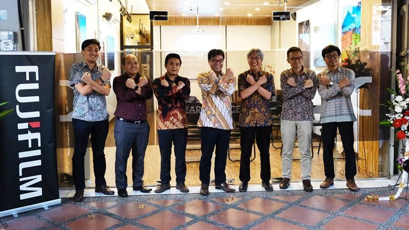 Presiden Direktur PT Fujifilm Indonesia Noriyuki Kawakubo (tengah) berfoto bersama dengan manajemen PT Fujifilm Indonesia di depan Fujifilm Learning Center Yogyakarta. - dok. Fujifilm