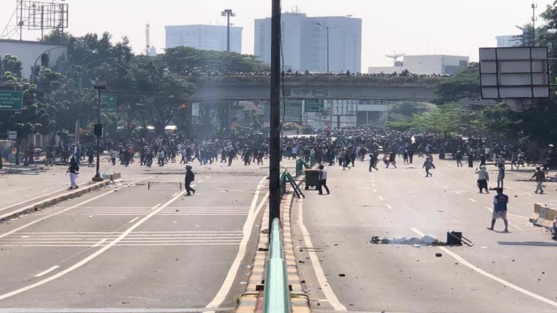 Sejumlah anggota Polri mulai menembaki massa aksi dengan peluru karet dan gas airmata karena puluhan massa mulai mengepung Polsek Metro Gambir, Rabu (22/5/2019). JIBI/Bisnis - Sholahuddin Al Ayyubi