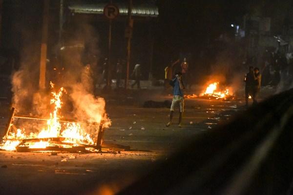 Massa melakukan perlawanan ke arah Brimob di Kawasan Tanah Abang, Jakarta, Rabu (22/5/2019) dini hari. - ANTARA FOTO / M Risyal Hidayat