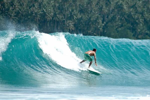 Teluk Lagundri di Pulau Nias, Sumatra Utara menjadi spot favorit untuk berselancar. - Istimewa