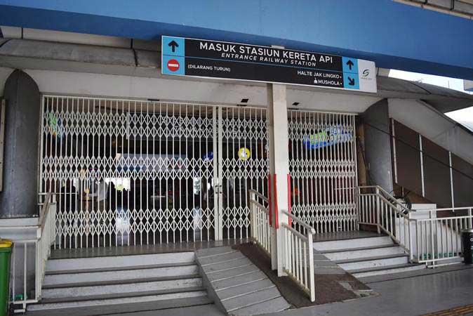 Akses pintu masuk stasiun KA Tanah Abang dalam kondisi tertutup di Jakarta, Rabu (22/5/2019). PT Kereta Commuter Indonesia mengarahkan para penumpang kereta commuterline untuk beralih ke stasiun lain. - ANTARA/Aditya Pradana Putra