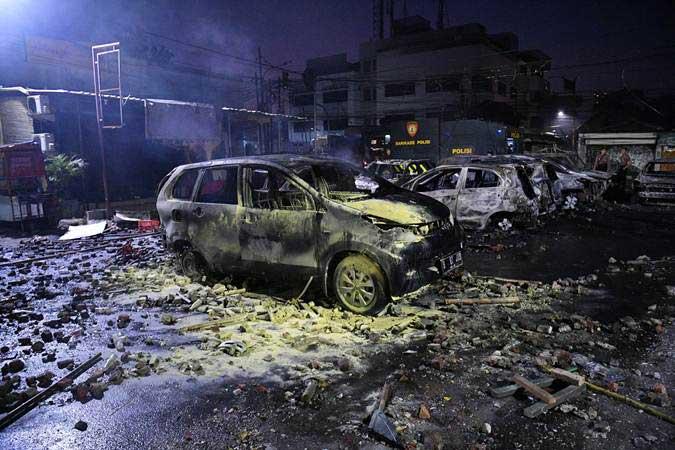 Sejumlah mobil terbakar akibat demo rusuh di kompleks Asrama Brimob, Petamburan, Jakarta, Rabu (22/5/2019). - ANTARA/Sigid Kurniawan