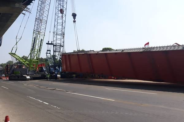 Gelagar baja atau steel girder dari proyek Jalan Tol Layang Cikampek dipindahkan ke area kerja. Penmindaha dilakukan di KM28 arah Cikampek. - Jasa Marga