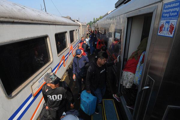 Sejumlah penumpang kereta api berada di Stasiun Bandung, Jawa Barat, Jumat (26/4/2019). PT Kereta Api Indonesia (KAI) mulai membuka pendaftaran progam Mudik Gratis 2019 kepada masyarakat mulai tanggal 26 April 2019 hingga 8 Mei 2019 dengan menyediakan 2.500 kursi, yang bertujuan untuk mengurangi kemacetan dijalan raya saat mudik lebaran. - Antara/Aloysius Jarot Nugroho