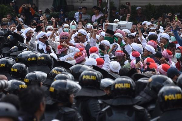 Demonstran menggelar aksi unjuk rasa di depan gedung Bawaslu, Jakarta, Rabu (22/5/2019). Unjuk rasa dilakukan pascpengumuman penetapan hasil rekapitulasi nasional Pemilu 2019. - ANTARA FOTO / Indrianto Eko Suwarso