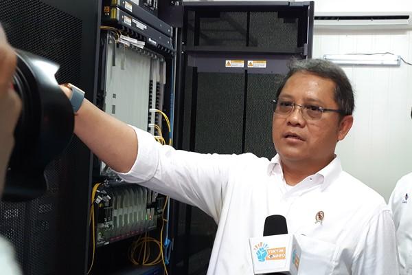Menkominfo Rudiantara meninjau salah satu Network Operation Center (NOC) jaringan tulang punggung serat optik Palapa Ring Tengah di Golotamo, Morotai Selatan, Kabupaten Pulau Morotai, Maluku Utara, Rabu (2/1/2019). - Bisnis/Dhiany Nadya Utami