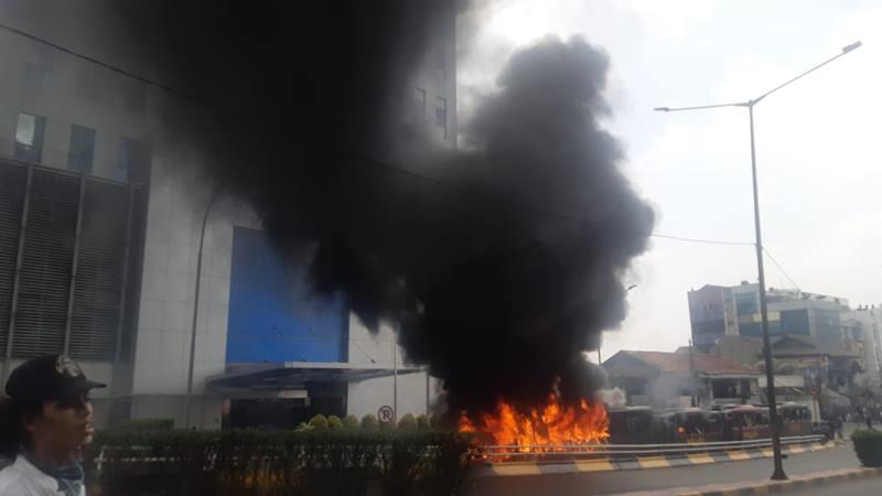 Massa membakar bus milik polisi di Kemanggisan, Jakarta Barat, Rabu (22/5/2019). - Bisnis/Jaffry Prabu Prakoso