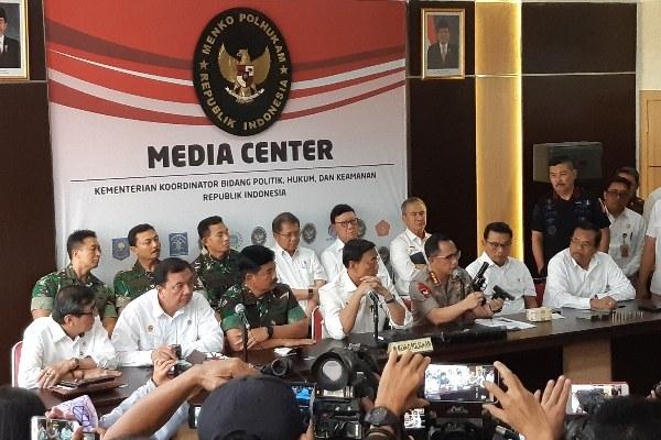 Menkopolhukam Wiranto bersama Panglima TNI, Kapolri, Menkumham dan Kepala Kantor Staf Presiden menjelaskan kondisi terbaru terkait kerusuhan 22 Mei dini hari - Bisnis/Aziz Rahardyan