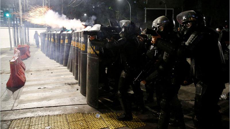 Petugas Brimob melepaskan gas air mata saat terjadi aksi 22 Mei 2019 di Jakarta. - Reuters/Willy Kurniawan