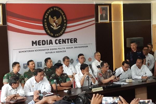 Kapolri Jenderal Tito Karnavian menunjukkan senjata yang digunakan pendompleng aksi 22 Mei membuat kerusuhan - Bisnis/Aziz R