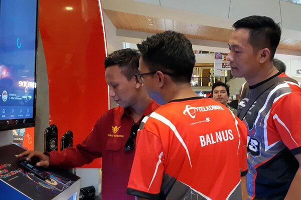 GM Sales Telkomsel Regional Bali Nusra Anandoz Bangsawan (kanan) dan Heribertus A Ariyanto, General Manager Digital Product Area Exansion Jawa-Bali (kedua kanan) dalam acara Digital & Device Exhibition di Denpasar, Rabu (22/5/2019). - Bisnis/Ema Sukarelawanto