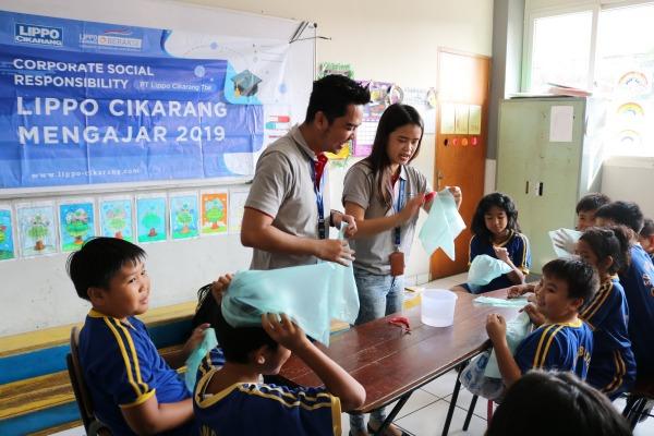 Murid-murid mendengarkan penjelasan mengenai bahaya penggunaan plastik dan dampaknya bagi lingkungan. - Bisnis