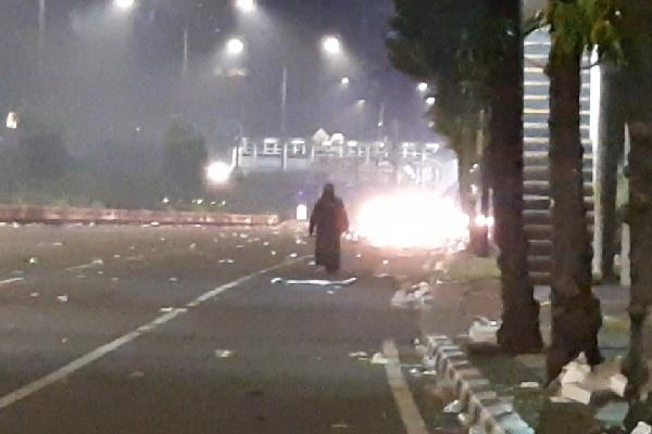 Wanita bercadar misterius menghadapi aparat kepolisian seorang diri setelah kawasan Thamrin disterilkan, Rabu (22/5/2019) sekitar 23.00 WIB - Bisnis/Aziz R
