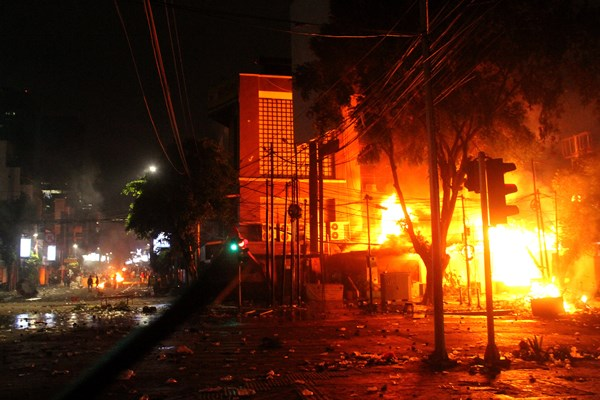 Sebuah pos polisi terbakar saat pengunjuk rasa terlibat bentrok dengan aparat pada aksi massa 22 Mei terkait hasil Pemilihan Presiden 2019, di kawasan Jalan MH. Thamrin, Jakarta, Rabu (22/5/2019) malam. -  ANTARA FOTO/ Risky Andrianto