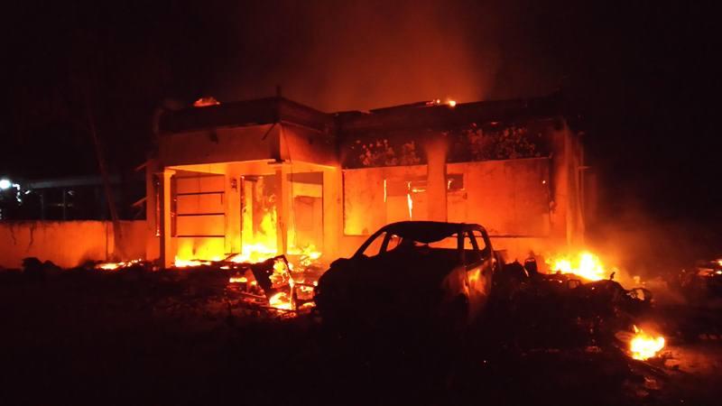 Api melahap Polsek Tambelangan yang dibakar massa, di Sampang, Jawa Timur, Rabu (22/5/2019). Massa yang belum diketahui identitasnya membakar kantor Polsek dan sebuah mobil patroli juga melarang dan mengancam mobil damkar masuk ke lokasi tersebut. - Antara