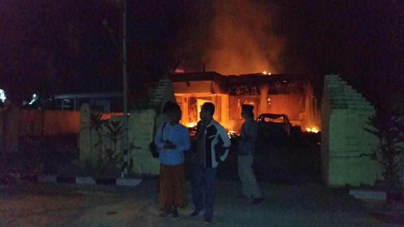 Suasana Polsek Tambelangan yang dibakar massa, Sampang, Jawa Timur, Rabu (22/5/2019). Massa yang belum diketahui identitasnya membakar kantor Polsek dan sebuah mobil patroli juga melarang dan mengancam mobil damkar masuk ke lokasi tersebut. - Antara