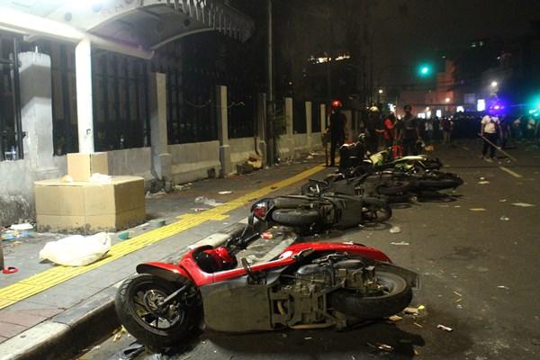 Sejumlah kendaraan motor hancur saat pengunjuk rasa terlibat bentrok dengan aparat pada aksi massa 22 Mei terkait hasil Pemilihan Presiden 2019, di kawasan Jalan MH. Thamrin, Jakarta, Rabu (22/5/2019) malam. - ANTARA FOTO / Risky Andrianto