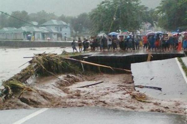 Ilustrasi - Banjir bandang Bima pada Rabu (21/12/2016) juga menyebabkan jalan dan jembatan putus.  - Antara