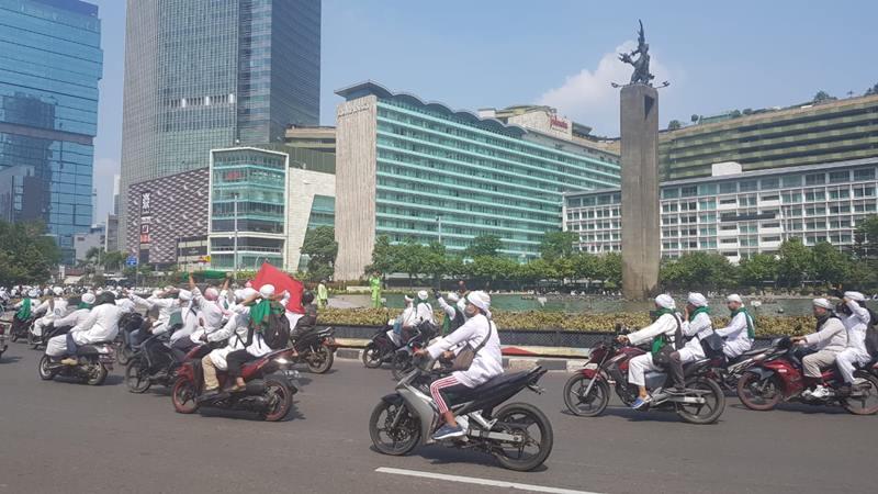Ratusan pengendara motor mengenakan pakaian serba putih, sorban, dan peci berwarna putih mengitari Bundaran Hotel Indonesia, Rabu (22/5/2019). JIBI/Bisnis - Lalau Rahardian