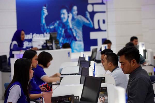 Karyawan XL Axiata melayani pelanggan di Jakarta, Kamis (21/6/2018). - JIBI/Abdullah Azzam