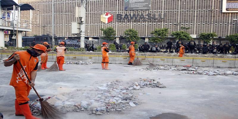 Petugas Penanganan Prasarana dan Sarana Umum (PPSU) membersihkan sisa puing-puing pasca kerusuhan di MH. Thamrin, Jakarta, Kamis (23/5/2019). - Antara