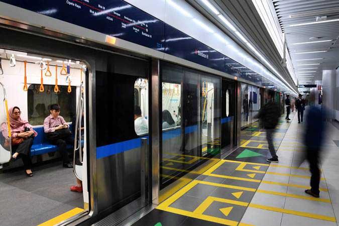 Penumpang menaiki kereta MRT di Stasiun MRT Bundaran HI, Jakarta, Selasa (26/3/2019). - ANTARA/Wahyu Putro A