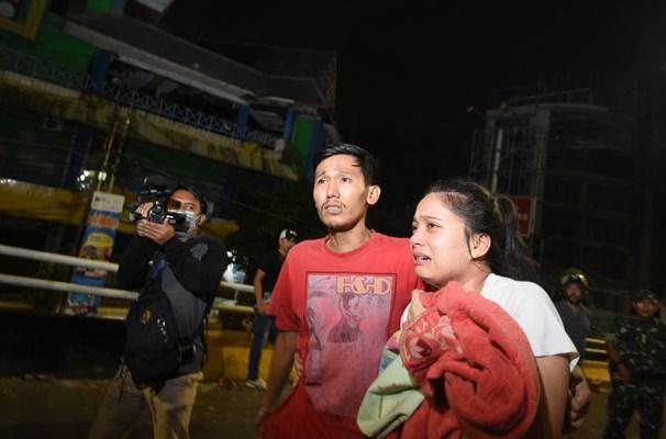 Warga mengungsi saat terjadi bentrokan antara pengunjuk rasa dan pihak kepolisian di kawasan Slipi Jaya, Jakarta, Rabu (22/5/2019). - ANTARA / Muhammad Adimaja