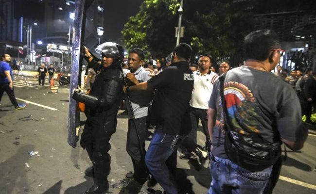 Petugas mengamankan seseorang yang diduga provokator saat petugas membubarkan massa yang masih bertahan di depan kantor Bawaslu di kawasan Thamrin, Jakarta, Rabu (22/5 - 2019) dini hari. ANTARA FOTO/Muhammad Adimaja pras.