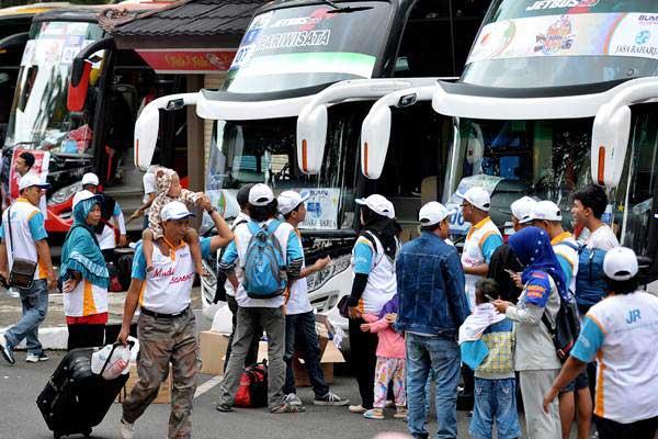 Ilustrasi - Peserta mudik bareng BUMN berjalan menuju ke sejumlah bus yang akan diberangkatkan ke kota tujuan di Taman Mini Indonesia Indah, Jakarta, Senin (19/6). - Antara/Widodo S Jusuf
