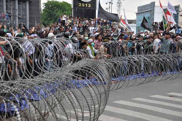 Massa yang tergabung dalam GNPF Sumut melakukan aksi unjukrasa di depan kantor Bawaslu Sumut di Medan, Sumatera Utara, Rabu (22/5/2019). Dalam orasinya mereka menolak hasil penghitungan suara pilpres 2019 yang curang. - Antara/Septianda Perdana
