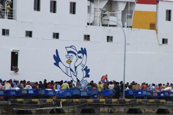 Buruh pelabuhan berkumpul saat KM Thalia yang merapat di dermaga Pelabuhan Tunon Taka Kabupaten Nunukan, Kalimantan Utara. - Antara/M. Rusman