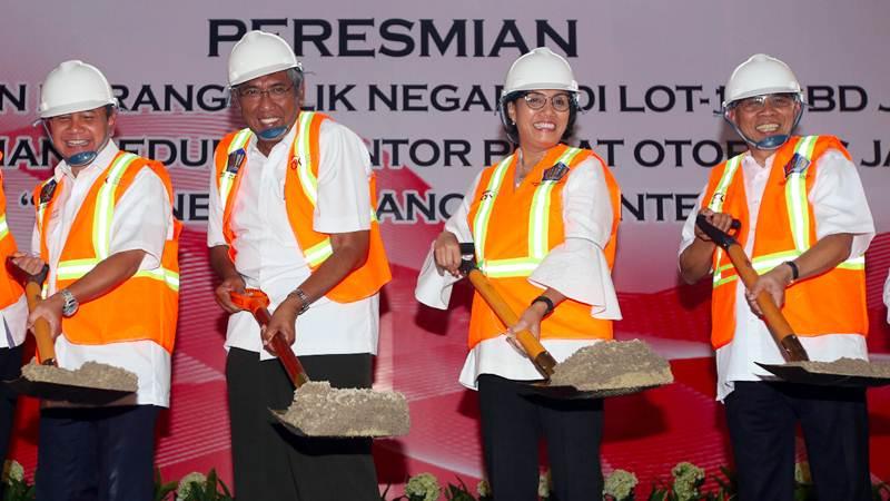 Menteri Keuangan Sri Mulyani (kedua kanan) bersama Ketua Dewan Komisioner OJK Wimboh Santoso (kanan), Wamenkeu Mardiasmo (kedua kiri) dan Deputi Gubernur Senior BI Mirza Adityaswara (kiri) melakukan seremoni peletakan batu pertama pembangunan gedung Indonesia Financial Center di LOT-1, SCBD, Jakarta Selatan, Selasa (2/4/2019). - Bisnis/Abdullah Azzam