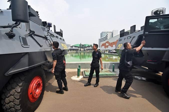 Petugas Brimob berjaga dengan kendaraan taktis Barrracuda saat melakukan pengamanan di Kompleks Parlemen, Senayan, Jakarta, Selasa (21/5/2019). - ANTARA/Indrianto Eko Suwarso