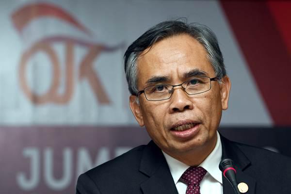 Ketua Dewan Komisioner Otoritas Jasa Keuangan (DK OJK) Wimboh Santoso memberikan keterangan kepada wartawan hasil rapat perdana DK OJK periode 2017-2022 di Jakarta, Kamis (20/7). - ANTARA/Sigid Kurniawan