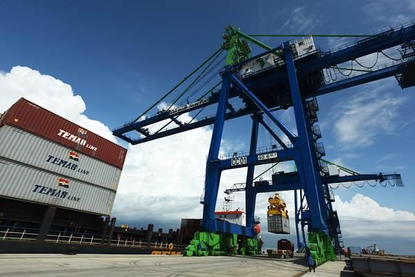 Kegiatan bongkar muat perdana di Makassar New Port, Sulawesi Selatan, Kamis (10/1/2019). Pelindo IV Makassar memulai kegiatan bongkar muat di Makassar New Port (MNP) Tahap I. - ANTARA/Yusran Uccang