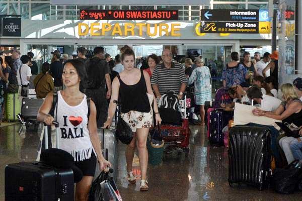 Calon penumpang pesawat berada di Terminal Internasional Bandara Internasional I Gusti Ngurah Rai, Badung, Bali, Jumat (16/3/2018). - ANTARA/Fikri Yusuf