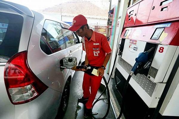 Petugas mengisi bahan bakar minyak (BBM) - JIBI/Rachman