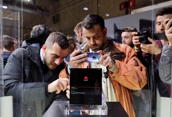 Ponsel Huawei Mate X dipamerkan dalam Mobile World Congress, MWC 19, di Barcelona, Spanyol, Senin (25/2/2019). - REUTERS/Sergio Perez