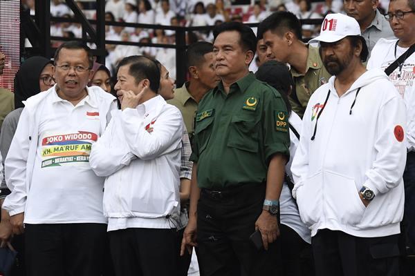 Ketua Umum Partai Bulan Bintang Yusril Ihza Mahendra (kedua kanan) menghadiri Konser Putih Bersatu di Stadion Utama GBK, Jakarta, Sabtu (13/4/2019).  - Antara